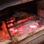 薪ストーブに入れる。燠になった状態で5分ほど(表面温度200℃の時)焼きます。